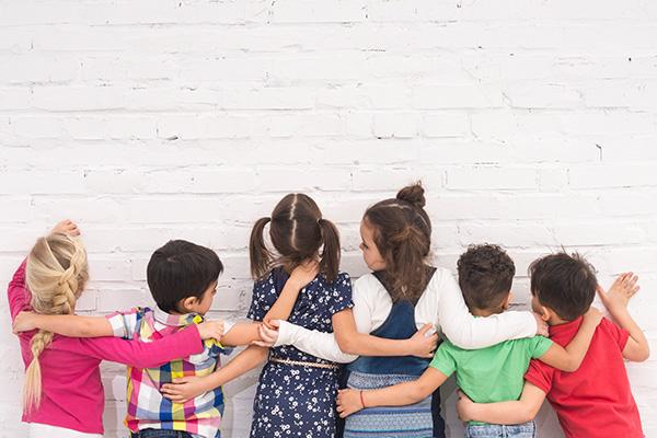 O Dia Internacional da Não Violência e da Paz nas Escolas é comemorado a 30 de janeiro. Este dia foi instituído em 1964 em homenagem ao pacifista indiano Mahatma Gandhi que era contra a violência e a favor da paz. Neste sentido, a comemoração deste dia tem como intuito consciencializar a comunidade escolar (alunos, docentes, não docentes, famílias, entre outros) bem como a sociedade onde esta está inserida, para os valores como o respeito, a cooperação, a solidariedade, a não violência e a paz.